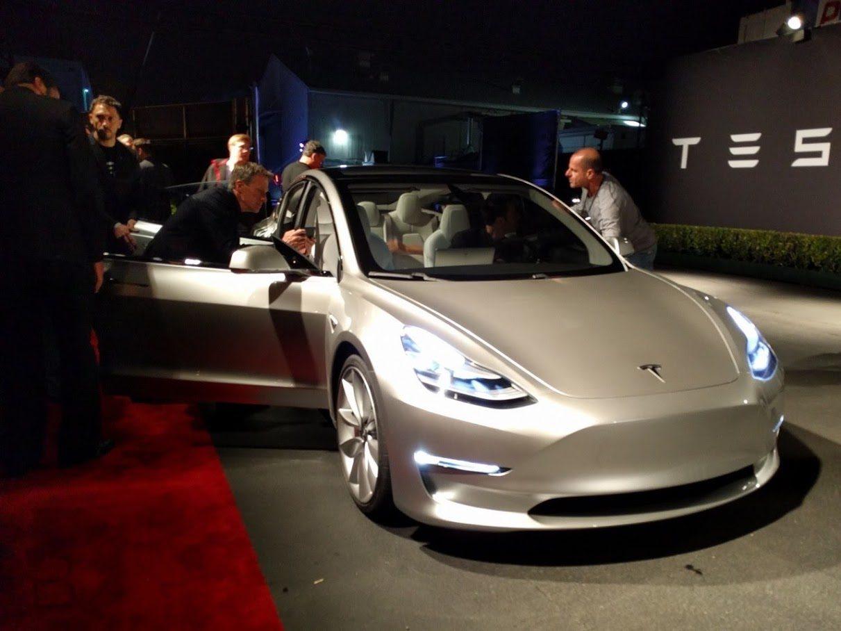 Тесла будут разговаривать с участниками дорожного движения