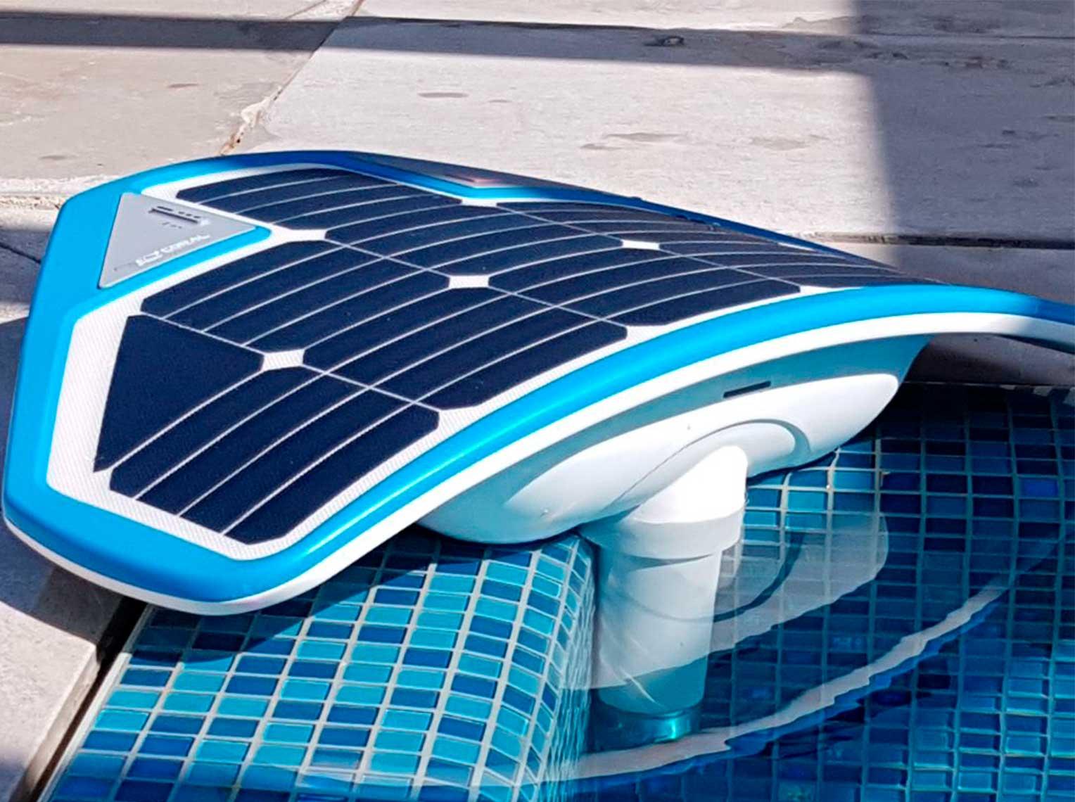 YMCA проверяет работу робота, производящего слежение за плавающими, чтобы те не утонули